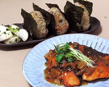秋鮭の甘酢きのこあんかけととり舞茸おむすび